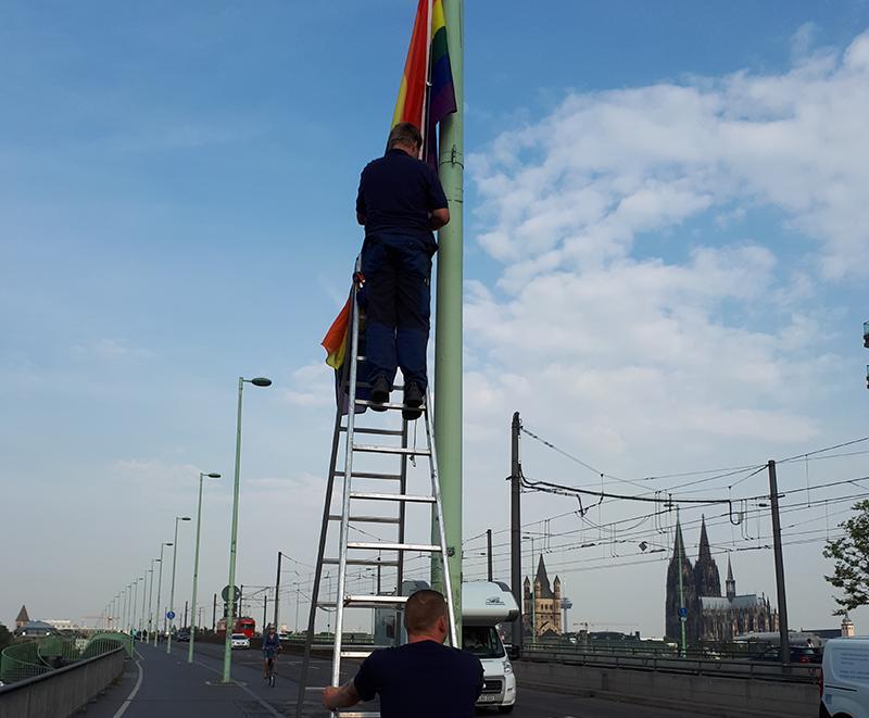 BOFA beflaggt Deutzer Brücke und Zoobrücke in Köln zum CSD