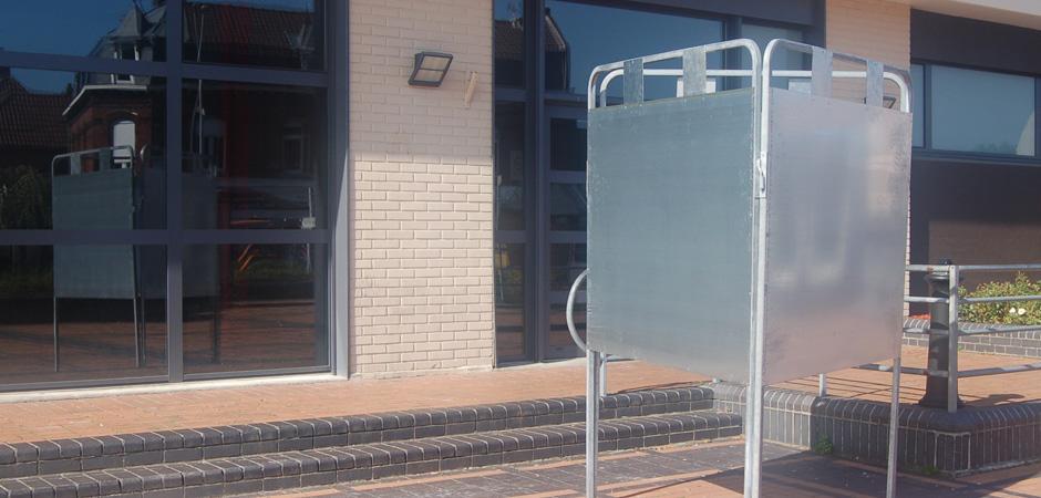 Panneaux d'affichage électoral devant un bureau de vote