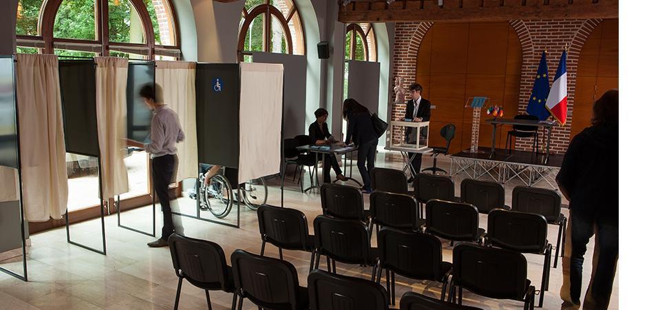 Bureau de vote pour une élection officielle