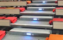 Guide lumineux sur les marches de la tribune