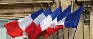 Drapeaux français sur façade de marie