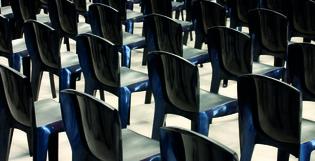 Réglementation concernant les rangées de chaises dans les lieux publics