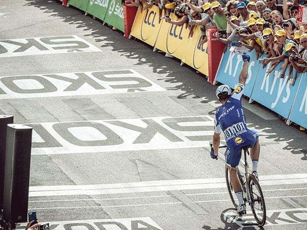 Coureur franchissant la ligne sur le Tour de France