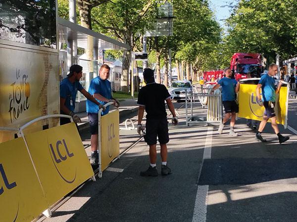 Installation des barrières inclinées par les équipiers doublet