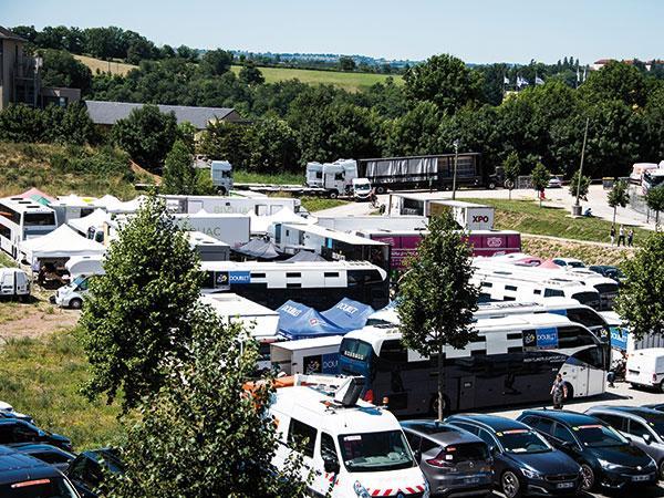 Les camionnettes des men's blue DOUBLET pour le Tour de France