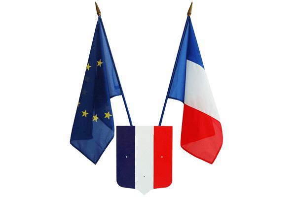 Le drapeau français et le drapeau européen sur les édifices publics français