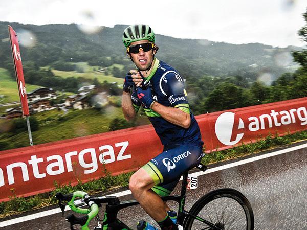 Coureur sous la pluie pendant le Tour de France