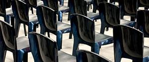 Réglementation des rangées de chaises dans les lieux publics