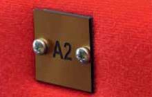 Numérotation de place avec plaque gravée