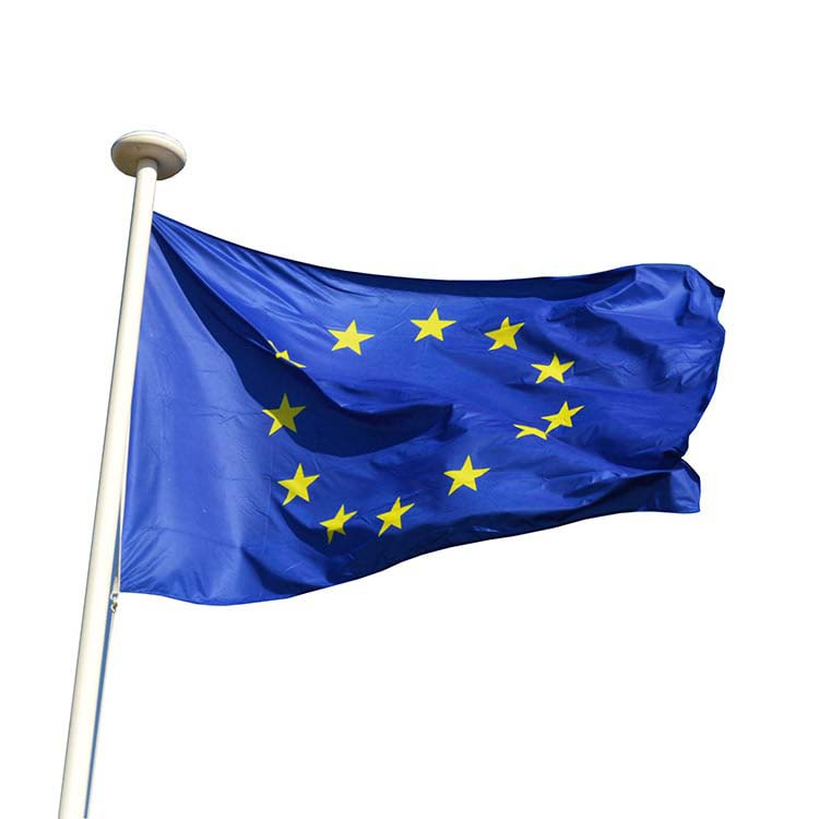 Drapeau de l'Europe qui flotte en haut d'un mât
