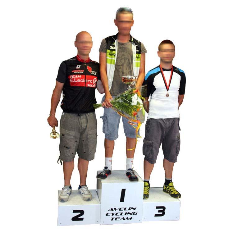 podium avec coureurs cyclistes