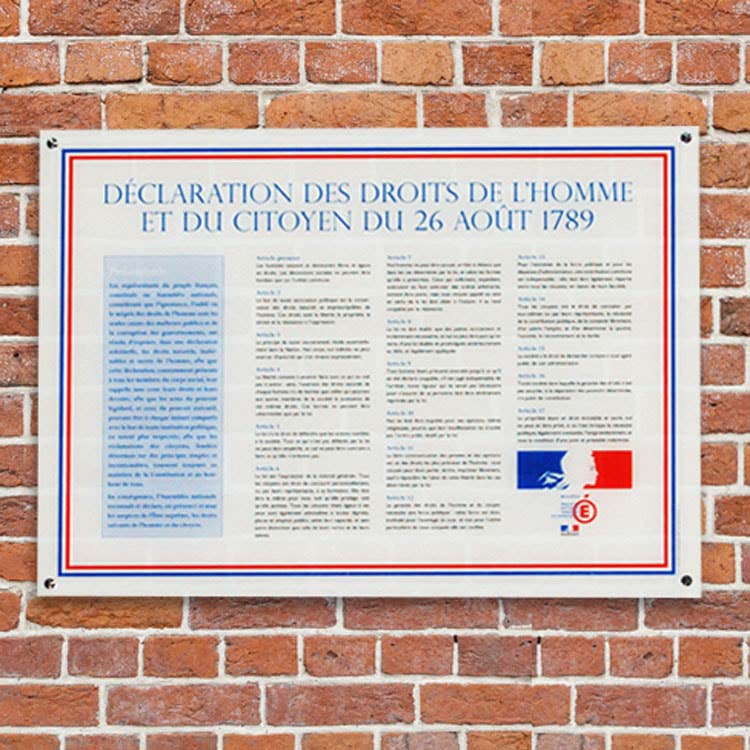Affiche droits de l'homme pour les écoles fixé sur un mur