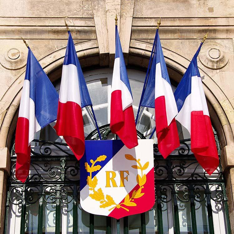 Drapeau de la France sur façade