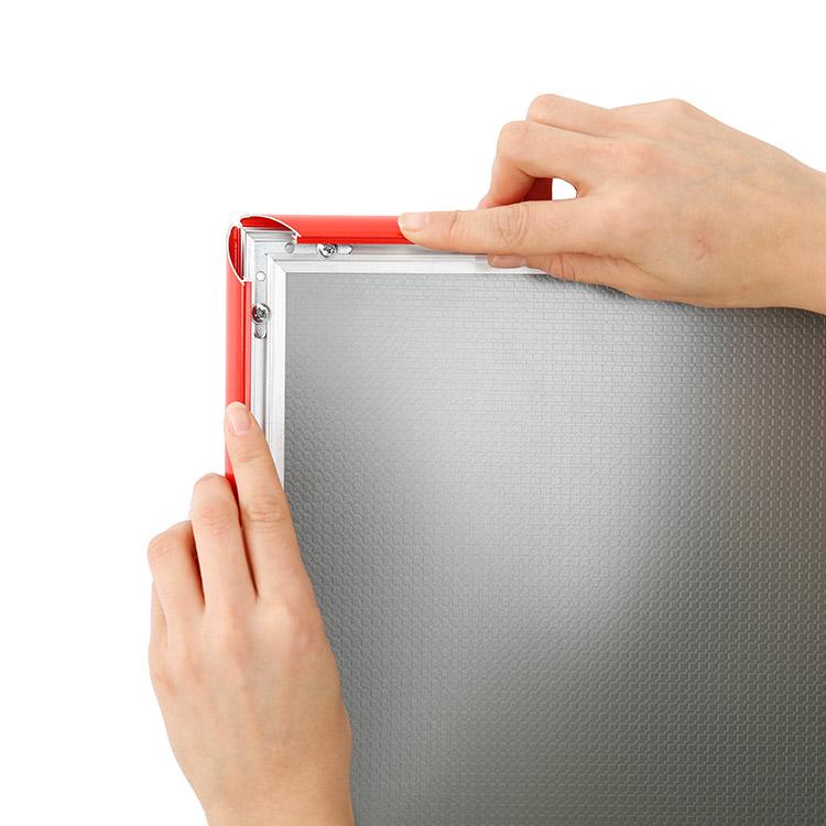 système clip clap porte affiche intérieur rouge