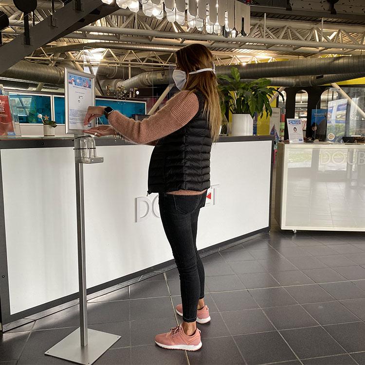 Station gel hydroalcoolique sur pied + cadre porte affiche