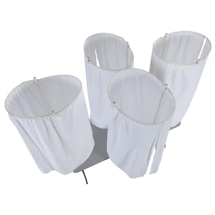 4 isoloirs de vote sur une table