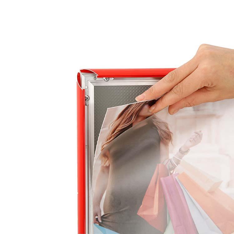 changement visuel porte affiche intérieur rouge