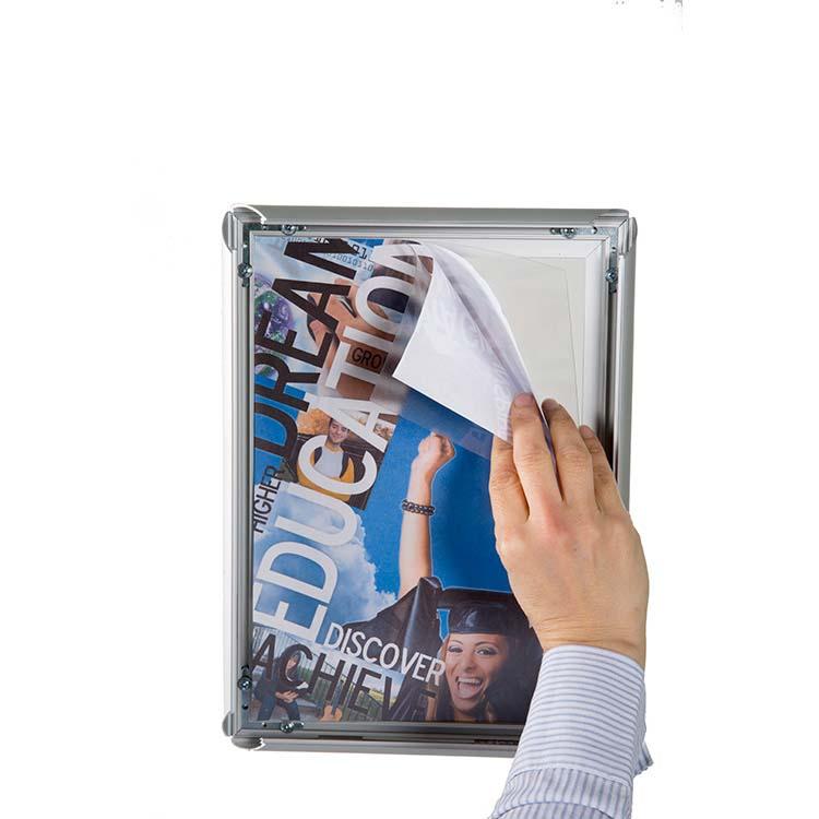 Changement de visuel du adhésif du porte affiche pour vitrine