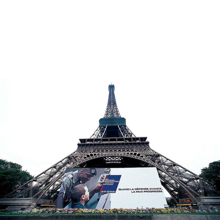 Textile grand format posé devant la Tour Eiffel