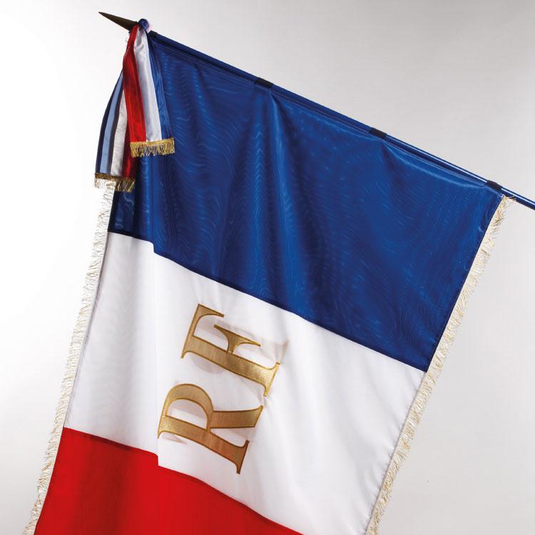 Drapeau français tricolore à installer sur une façade d'un établissement
