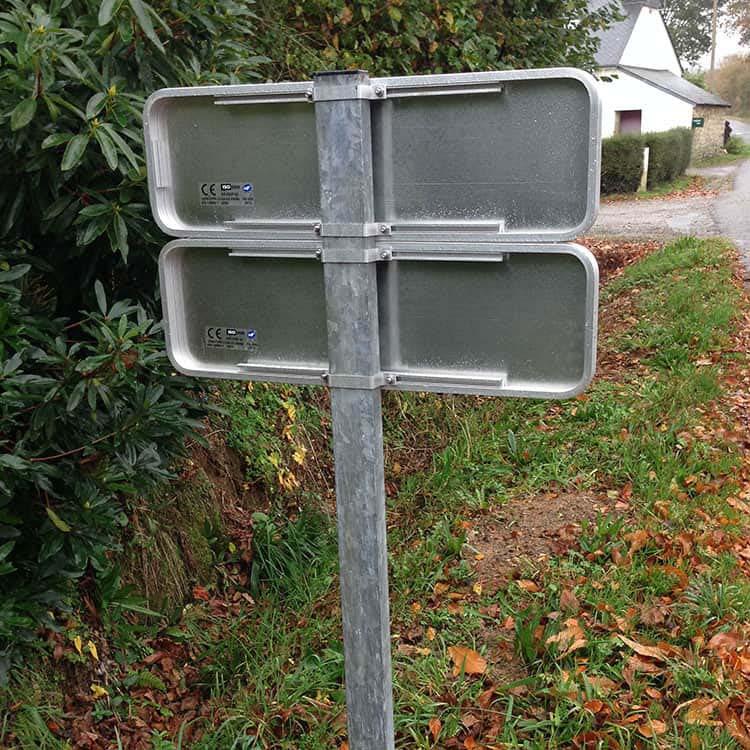 Vue de dos du panneau de signalisation