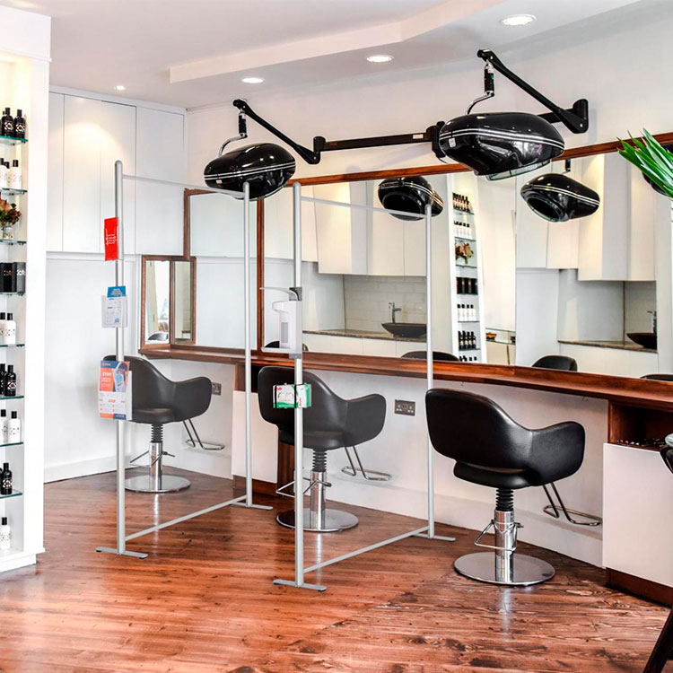 Paroi de séparation vitrée pour salon de coiffure avec accessoires