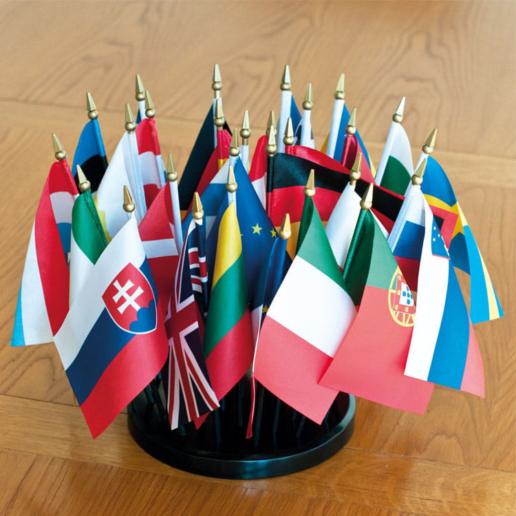 Kit des 28 drapeaux de table de l'Europe en satin