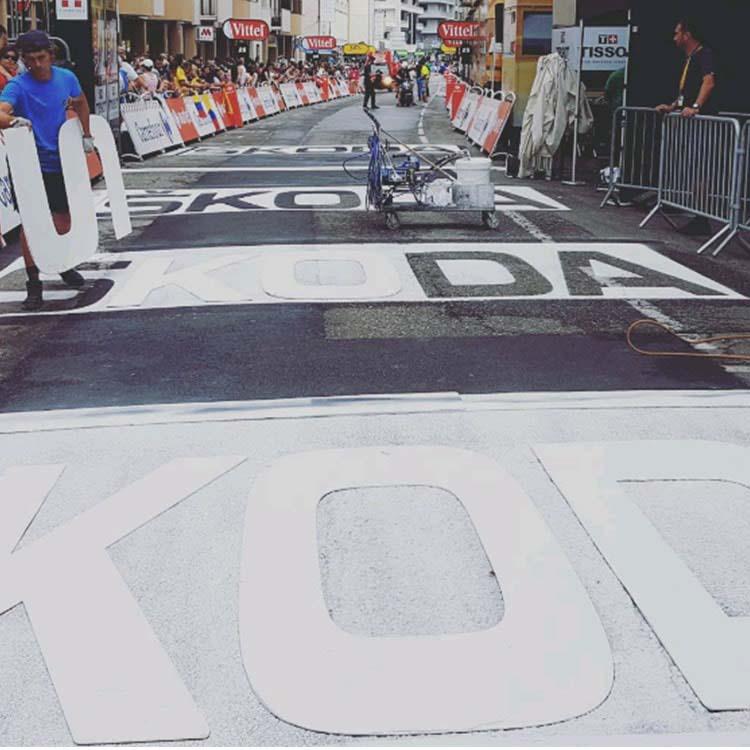 Peinture au sol skoda réalisée par Doublet sur le Tour de France